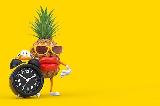 黄色の背景に目覚まし時計付きの楽しい漫画ファッションヒップスターカットパイナップル人キャラクターマスコット。 3dレンダリング