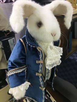 Весело крупным планом фаршированного пасхального кролика на белом. белый игрушечный кролик в синем камзоле