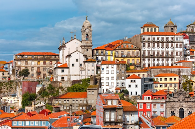 ポルト、ポルトガルの古い町の楽しいカラフルな家