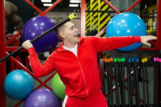 재미있는 피트니스 스포츠 남자 선수. 교육, 스포츠 동기 부여 라이프 스타일 개념.