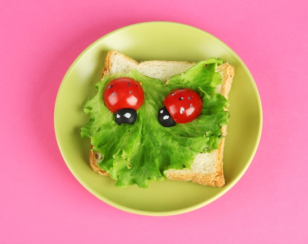 색상 배경에 아이들을위한 재미있는 음식