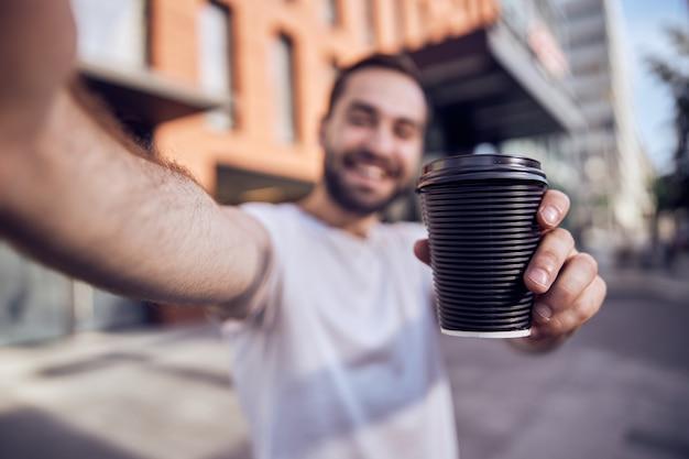 커피와 함께 재미 잘 생긴 남자가 걸립니다 selfie 가까이