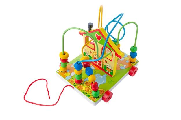 楽しい家のモジュール。図形を移動します。素材は木です。教育玩具モンテッソーリ。白色の背景。閉じる。