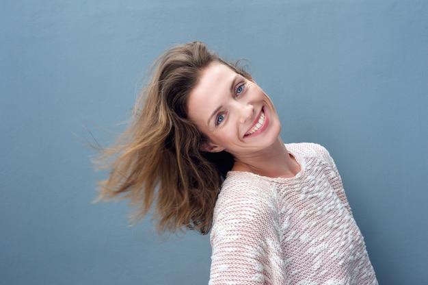 Fun портрет возбужденных красивая женщина улыбается