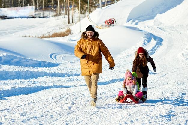 Веселые катания на санях в зимние каникулы