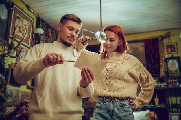 장난. 웃는 가족, 가정 장식 및 가정 상점에서 휴일의 선물을 찾고 백인 부부. 인사 또는 디자인에 대한 세련되고 복고풍 물건. 시간을 축하하는 인테리어 리노베이션.