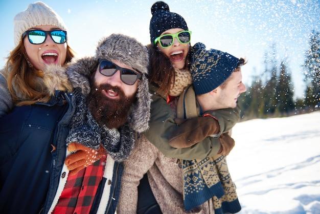 Divertimento con gli amici in montagna