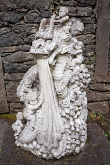 푼샬, 마데이라 - 2014년 7월 4일: 푼샬, 마데이라 섬, 포르투갈 몬테 팰리스 트로피칸 정원에서 동상.