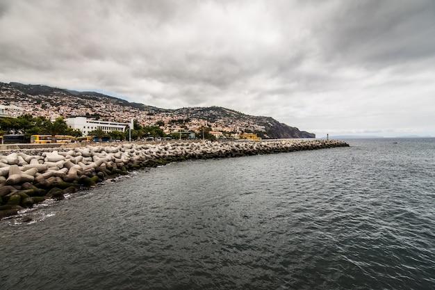 Funchal street, capitale dell'isola di madeira, paesaggio urbano con la strada principale alla soleggiata giornata estiva. concetto di viaggio