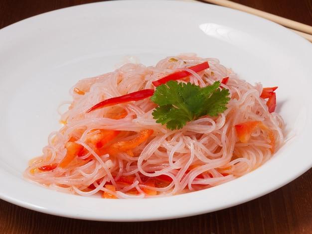 하얀 접시에 한국 당근을 곁들인 펀 초자 샐러드