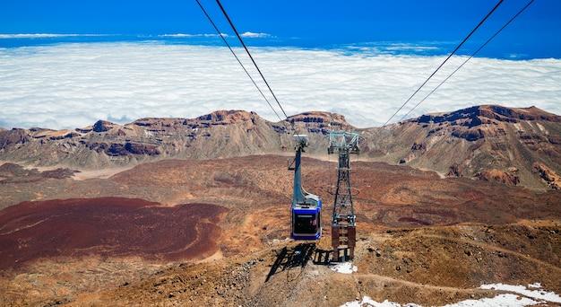 케이블카는 스페인 카나리아 제도 테 네리 페의 테이 데 화산으로 올라갑니다.