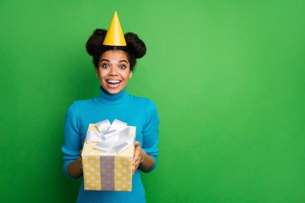誕生日を祝うファンキーな女性は大きなギフトボックスを保持します