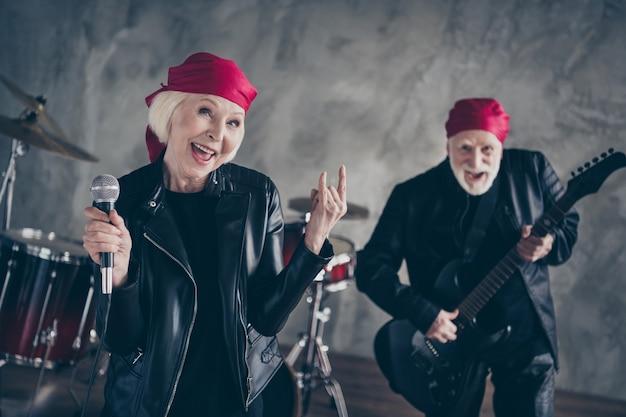 Фанки старая пара музыкальное выступление рок-группа поет ретро хит