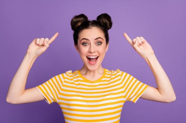 ファンキーなプロモーターの女性は、人差し指のお団子のトップノットの髪型を示します