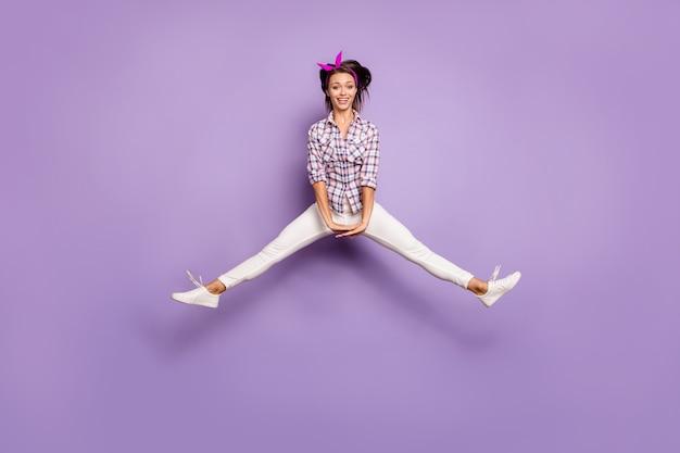 펑키 달콤한 귀여운 천년 소녀 재미가 점프