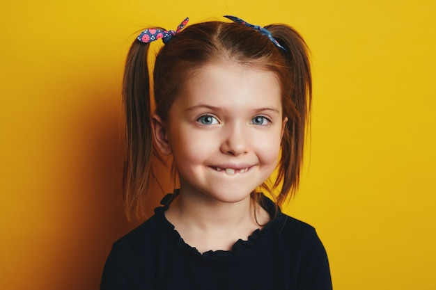 Забавная очаровательная девочка ребенка, показывающая концепцию зубов первой смены молочного зуба