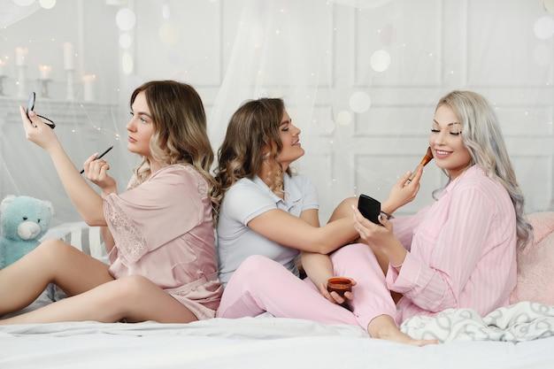 Donne adulte divertenti che hanno un pigiama party.