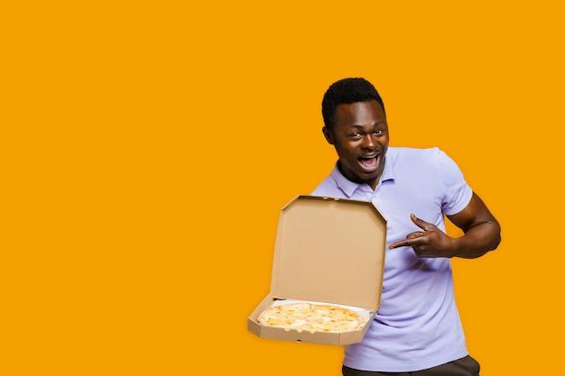 재미있는 아프리카 수염 난 택배가 피자를 가리킵니다. 레스토랑에서 맛있는 음식 피자 배달. 안전 배송. 치즈 보드가 있는 피자 광고.