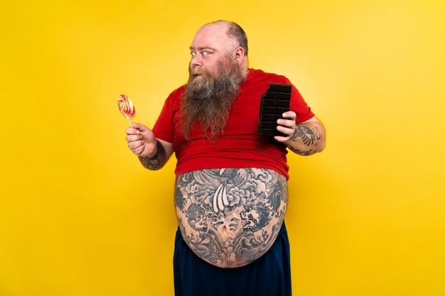Забавный и веселый толстяк, жаждущий нездоровой пищи