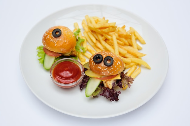 감자 튀김과 소스와 함께 접시 클로즈업에 재미있는 베이비 버거
