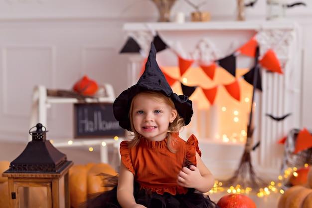ハロウィーンの魔女の衣装で面白い赤ちゃん女の子