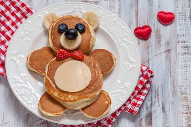 Смешные медвежьи оладьи с ягодами на завтрак