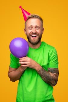 Забавный бородатый мужчина с воздушным шаром