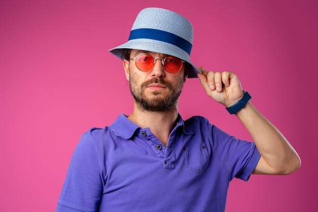 ビーチの帽子とサングラスを身に着けている面白いひげを生やしたスマイリー男