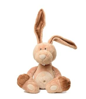 큰 귀와 흰색 배경에 고립 된 재미있는 얼굴을 가진 재미있는 베이지 색 봉 제 토끼