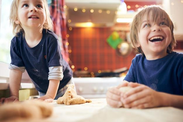 Смешные мальчики готовят тесто