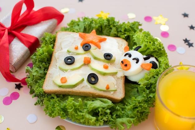 Забавный завтрак, бутерброд. елки, яичный бык.