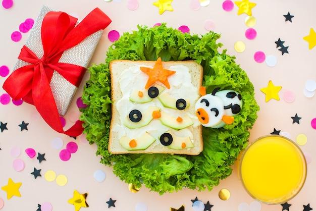 面白い朝食、サンドイッチ、クリスマスツリー、卵の雄牛。