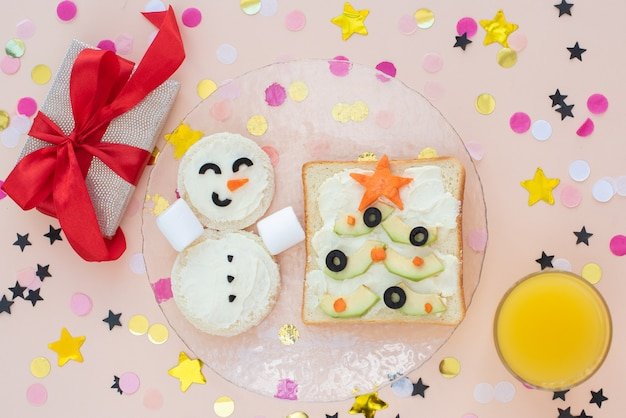 Веселый завтрак, бутерброды, елки, снеговик.