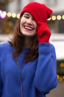 クリスマスフェアで歩く面白いブルネットの女性