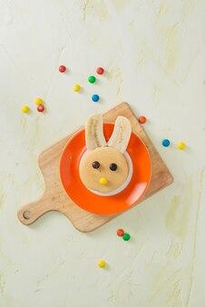 イースターの子供の朝食のための果物と面白いバニー パンケーキ