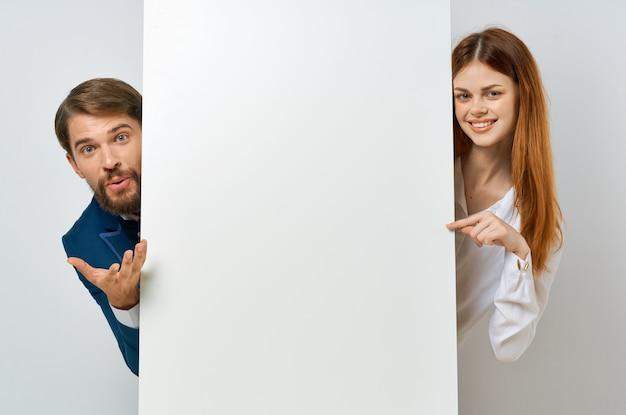 面白いビジネスの男性と女性の白いポスターのプレゼンテーション