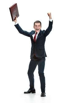 Смешной веселый бизнесмен над пробелами