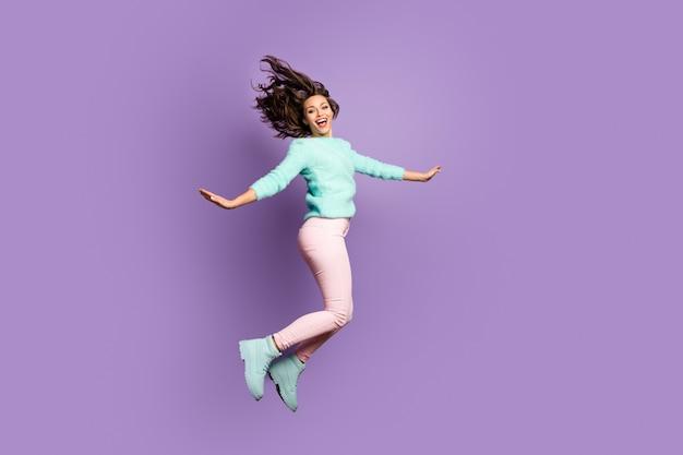 재미 쾌활한 소녀 점프 휴식을 즐기십시오 자유 시간 비명 착용 파스텔 핑크 청록색 신발 스웨터.