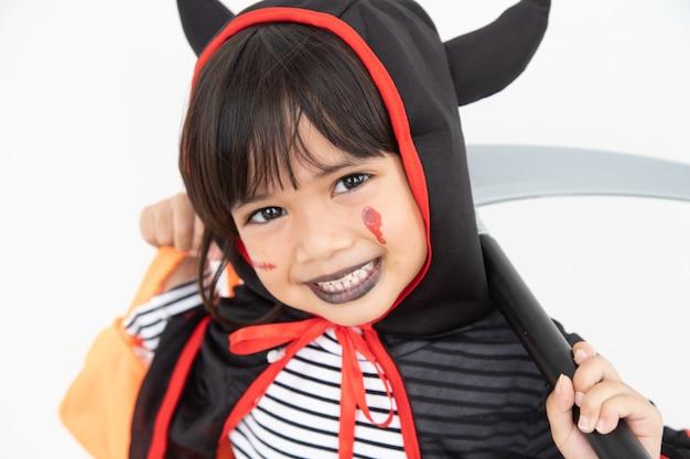 재미 있는 아이 할로윈 의상을 입고. 할로윈 휴일 개념