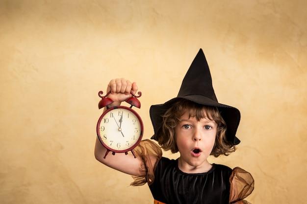 Смешной ребенок одетый костюм ведьмы. концепция праздников хэллоуин