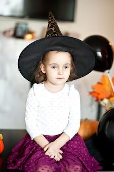 할로윈 마녀 의상에서 재미있는 아이 소녀.