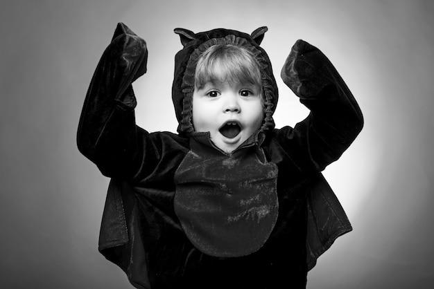 面白い子ハロウィン。ハロウィーンの子供の休日の概念。ハロウィーンパーティーと面白いカボチャ。最高のアイデア