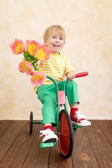 꽃의 꽃다발을 들고 재미있는 아이.