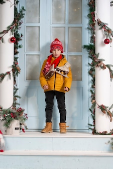 クリスマスの家のポーチで面白い子