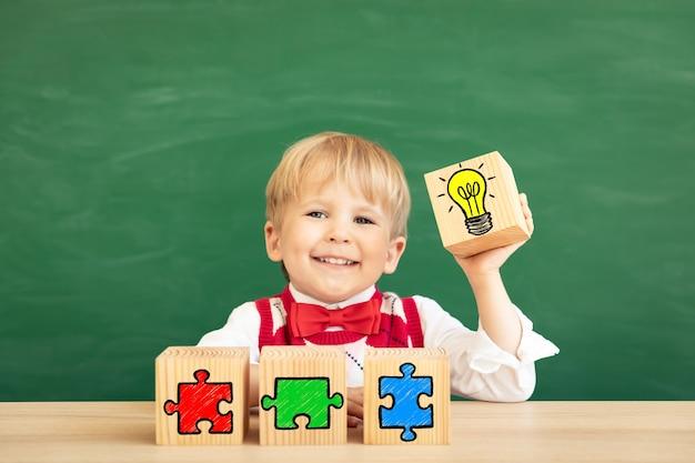 녹색 칠판에 대 한 클래스에서 재미있는 어린이 학생.