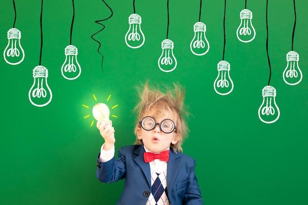 緑の黒板に対してクラスの面白い子供の学生。