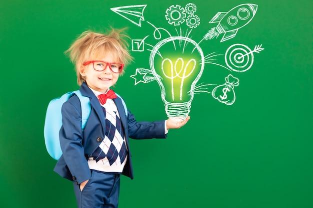 녹색 칠판에 대 한 클래스에서 배낭 재미 아이 학생.