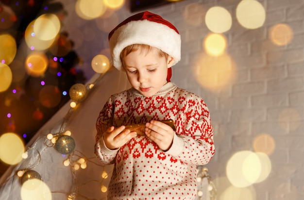 彼の友人に挨拶するために携帯電話からビデオ電話を使用している面白い子供