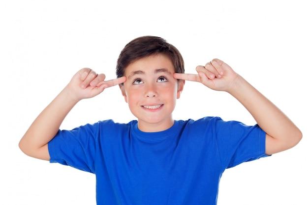 Забавный ребенок с десятью годами и синяя футболка с хорошей идеей