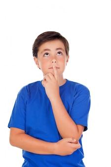 Смешной ребенок с десятью годами и синяя футболка